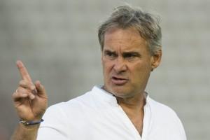 Lausannes Trainer Laurent Roussey gibt seinen Spielern Tipps. 3. August 2013. (Keystone/Jean-Christophe Bott)