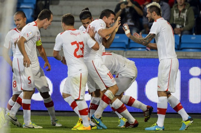 Torjubel in Oslo: Doppeltorschütze Fabian Schär (Mitte) lässt sich feiern, das Schweizer Team erledigte seinen Job beim 2:0 gegen Norwegen souverän.