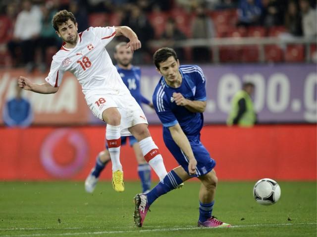 Admir Mehmedi (l.) in einem Freundschaftspiel gegen Griechenland, 6. februar 2013. (Keystone/Georgios Kefalas)