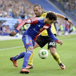 Der Basler Mohamed Salah im Zweikampf mit YB-Spieler Scott Sutter, 1. September 2013. (Keystone/ Gerogios Kefalas)