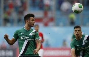 St.-Gallen-Spieler Goran Karanovic (l.) köpfelt den Ball. 29. August 2013. (Keystone/Alexander Zemlianichenko)