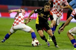 Eden Hazard ist vor dem Kroaten Domagoj Vida (l.) am Ball, 11. Oktober 2013. (EPA/Antonio Bat)