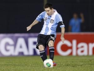 Lionel Messi schiesst einen Penalty gegen Paraguay, 10. September 2013. (AP/Jorge Saenz)