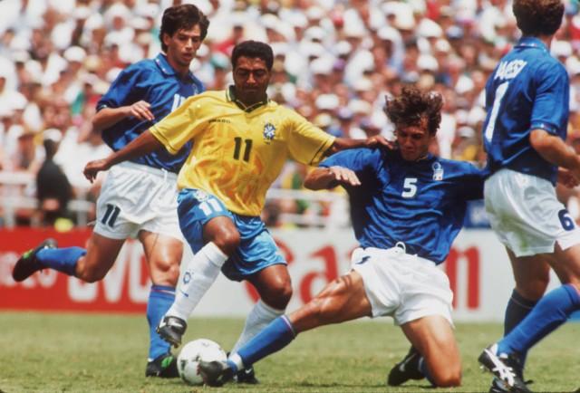 Der Brasilianer Romario und der Italiener Paulo Maldini kämpfen um den Ball, 17. Juli 1994. (Keystone/Thomas Kienzle)