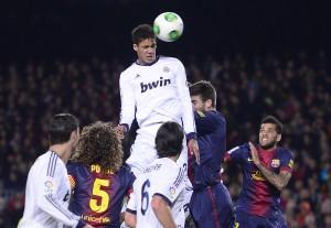 Raphael Varane macht einen Kopfball während dem Match zwischen dem FC Barcelona und Real Madrid, 26. Februar 2013. (Bild: Keystone/ Manu Fernandez)