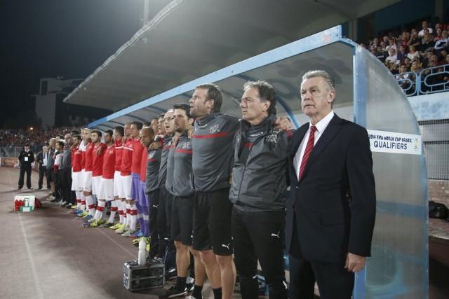 Der Platz neben Pont wird frei: Die Nati steht vor dem Spiel gegen Albanien während die Nationalhymne ertönt. Rechts der abtretende Nati-Trainer Ottmar Hitzfeld. (Keystone/Peter Klaunzer)