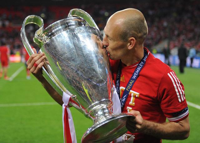 Die Fetten werden immer fetter: Bayern Münchens Arjen Robben mit der Champions-League-Trophäe nach dem Sieg gegen Dortmund am 25. Mai 2013. (Foto: Andreas Gebert, Keystone)