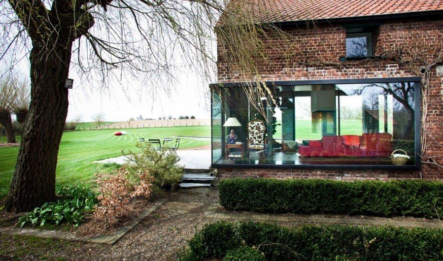 innenbalkon kronleuchter umgebautes bauernhaus moderner architektur