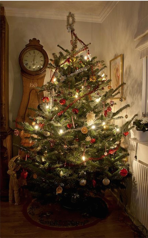 der klassische weihnachtsbaum hat von allem ein bisschen da hngt vererbtes ssses rustikales glnzendes in den traditionellen farben rot und weiss - Christbaum Schmucken Beispiele