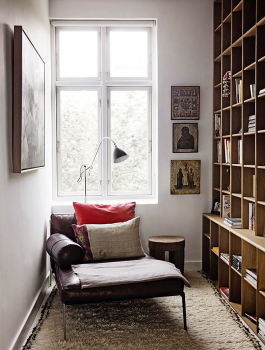 zwei kommoden und eine schmale passende tischplatte sind die zutaten fr diesen raffinierten arbeitsplatz im schlafzimmer wandleuchten sthle und eine - Langes Schmales Schlafzimmer Einrichten