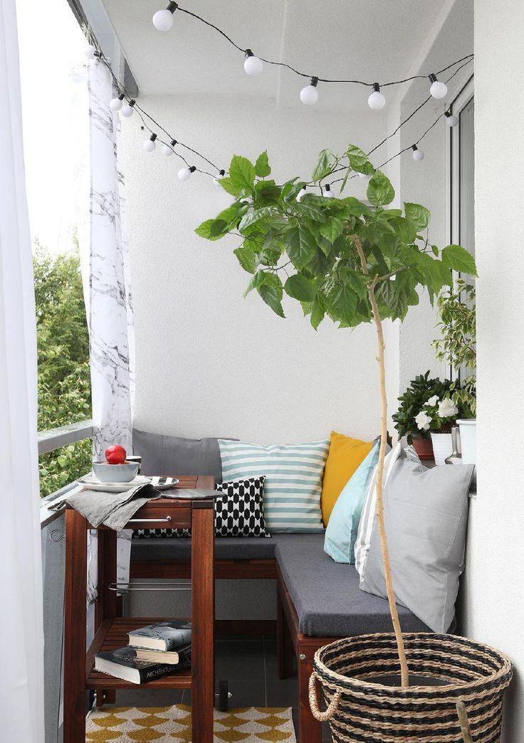 Mit Einem Bunten, Gemusterten Plastikteppich, Einfachen Gartenmöbeln, Einem  Abstellplatz Fürs Fahrrad, Körben, Blumen Und Lichterketten Sieht Er Zum ...
