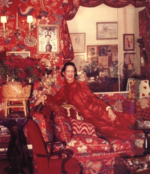Die legendäre Moderedakteurin und langjährige Chefin von Vogue und Harpers Bazaar   (1903 - 1989) fotografiert von Horst P.Horst in ihrem roten Salon