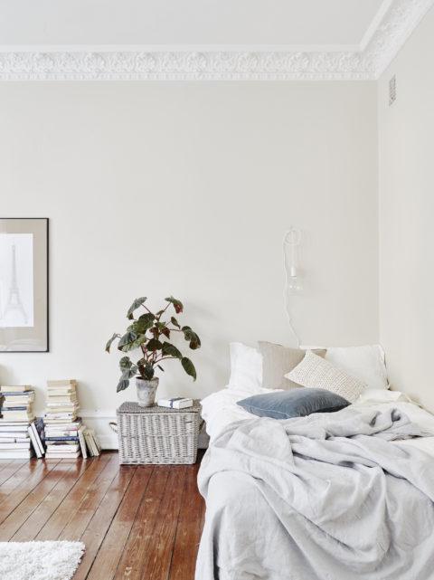 ... Eine Langweilige Wand Gemütlicher Und Persönlicher Gestalten. Hier  Wirkt Das Bett Mit Den Zeichnungen Wie Eine Grosse, Weiche Silbergraue  Nebelwolke.