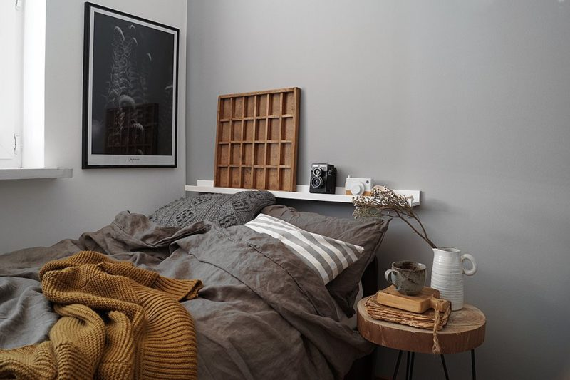 Bienenwabenförmige Holzpanele Schmücken Die Wand Hinter Dem Bett. Sie  Schützen Vor Der Wand Und Vermitteln Wärme.