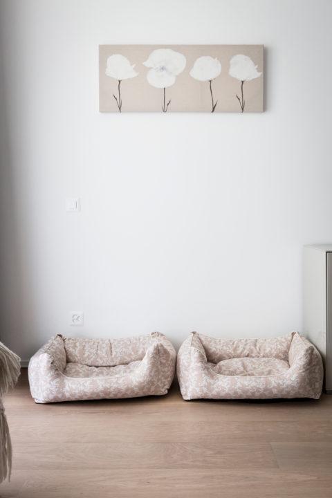 Im Schlafzimmer Stehen Sie, Aus Hübschem, Passendem Stoff, Neben Der Kommode  Und Unter Einem Blütenbild.