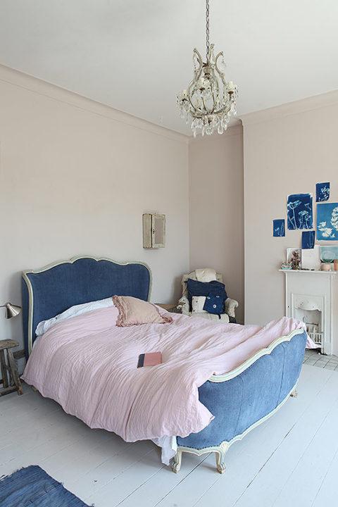 Ein Sanftes Rosa Beherrscht Den Grössten Teil Des Wohnbereichs U2013 Im  Schlafzimmer Kommt Ein Mildes Mitternachtsblau Dazu. Als Samtiger  Polsterbezug Eines ...