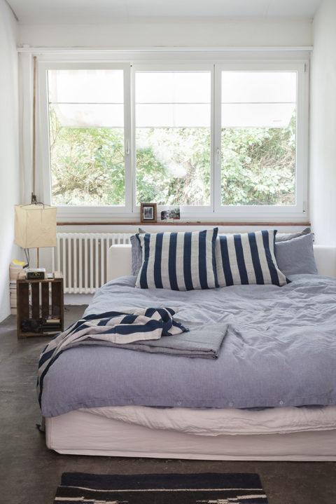 Zwischen Küche Und Wohnzimmer Befindet Sich Ein Kleines Schlafzimmer. Das  Bett, Eines Der Wenigen Neuen Möbel Im Haus, Ist Bezogen Mit Einer Leinen   Und ...