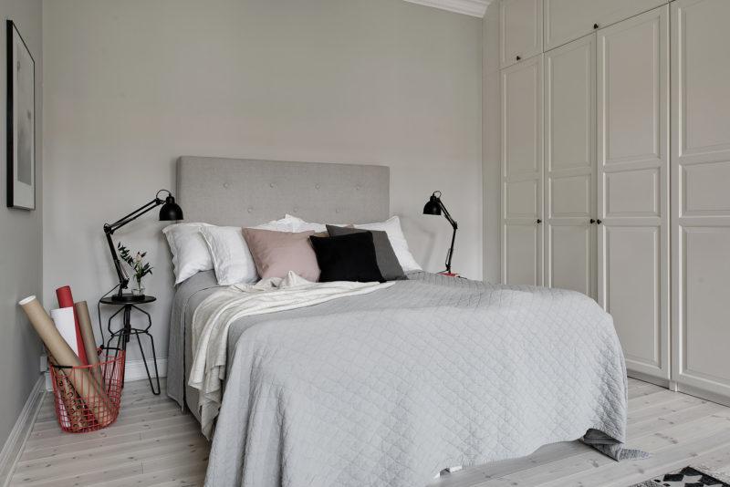 Dank Diesem Gesamt Look Wird Ein Kleines Schlafzimmer Zum Stilvollen  Rückzugsgebiet. Übrigens Ist Dieser Schrank Ganz Einfach Ein Regal An Der  Wand, ...