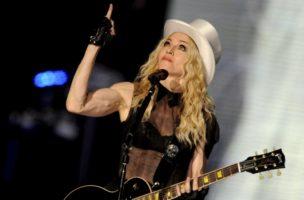 Sie war schon immer ihrer Zeit voraus: Madonnas zeigt während eines Konzertes in Berlin ihre Muskeln, 2008. (Keystone)