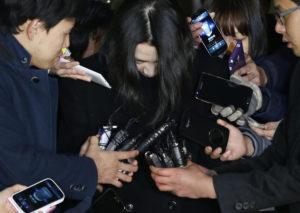 Bös über Nüsse gestolpert: Heather Cho, umringt von Reportern in Seoul, 30. Dezember 2014. Foto: Kim Hong-Ji (Reuters)