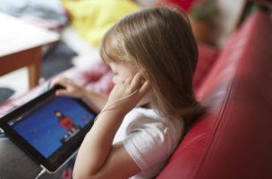 A five-year-old girl plays with an Apple iPAD on a sofa in a living-room in Zurich, Switzerland, pictured on August 17, 2010. (KEYSTONE/Gaetan Bally)  Ein fuenfjaehriges Maedchen spielt am 17. August 2010 auf einem Sofa in einem Wohnzimmer in Zuerich mit einem Apple iPad. (KEYSTONE/Gaetan Bally)