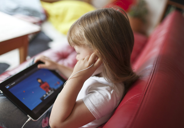 A five-year-old girl plays with an Apple iPAD on a sofa in a living-room in Zurich, Switzerland, pictured on August 17, 2010. (KEYSTONE/Gaetan Bally)  Ein fuenfjaehriges Maedchen spielt am 17. August 2010 auf einem Sofa in einem Wohnzimmer in Zuerich mit einem Apple iPad. (KEYSTONE/Gaetan Bally)