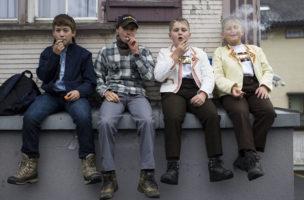Robin Wyss, Dario Schmid, Marco Inauen, Thomas Inauen, von links, warten auf das Eintreffen der Tiere an der Grossviehschau, am Dienstag, 8. Oktober 2013, in Appenzell. (KEYSTONE/Gian Ehrenzeller)