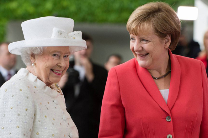 epa04816426 Britain's Queen Elizabeth II (L) is greeted by German Chancellor Angela Merkel (R) at the German Federal Chancellery in Berlin, Germany, 24 June 2015. Queen Elizabeth and her husband Prince Philip, The Duke of Edinburgh, are on their fifth state visit to Germany, taking place from 23 to 26 June.  EPA/GREGOR FISCHER