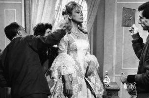 """Die Schauspielerin Hildegard Knef (1925-2002), aufgenommen am 18. Oktober 1962 in Rom bei der Anprobe. Sie verkoerpert im Film """"Katharina von Russland"""" die Kaiserin. (KEYSTONE/Str)"""