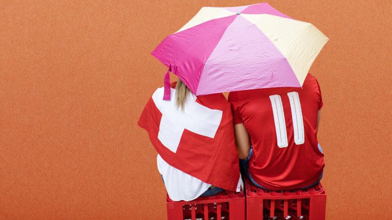 Was für Fans in einer Fanmeile gilt, gilt nicht zwingend für alle Erlebniswelten. Foto: iStock / Montage: Koni Nordmann
