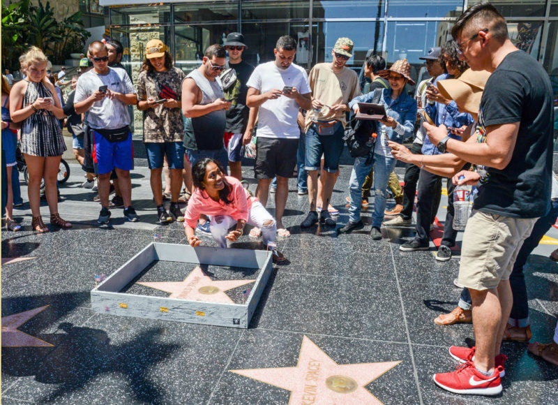 Und Kunst bewegt doch: Eine Mauer mit «Draussenbleiben»-Schildchen um Donald Trumps Stern auf dem Hollywood Walk of Fame begeistert das Publikum. Foto: Nick Stern (AP Photos, Keystone)