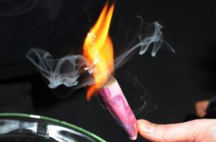 Geld verbrennen ist keine Kunst: Dada-Aktion in der alten Börse 2008. Foto: Doris Fanconi