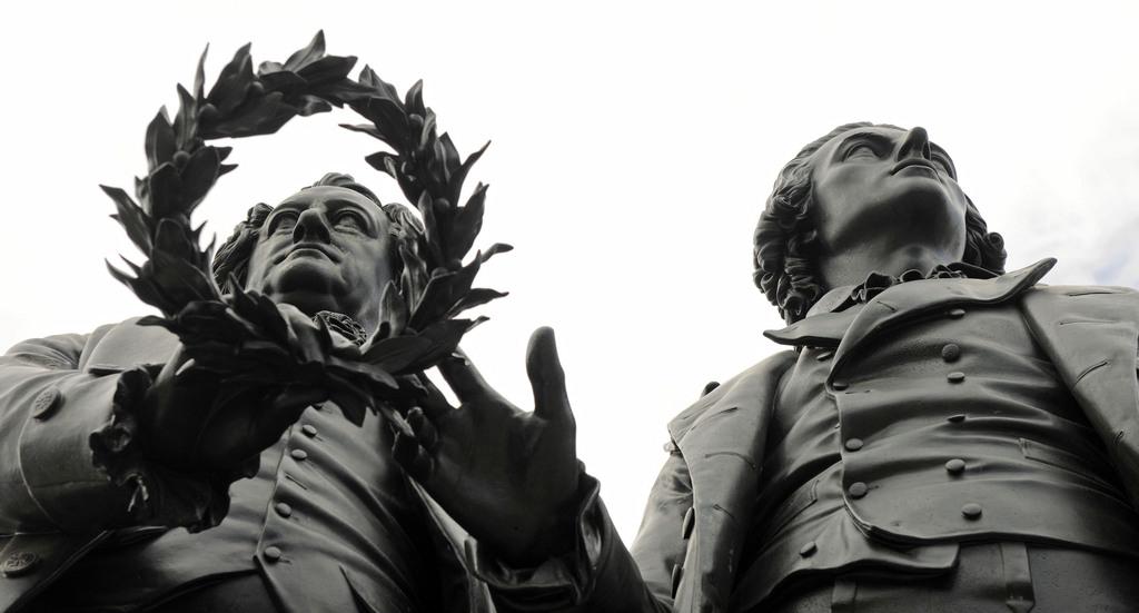 Ironie und Moral: Goethe (links) und Schiller, wie sie die Nachwelt in Weimar bestaunen kann. Foto: Jens Meyer (AP Photo/Keystone).