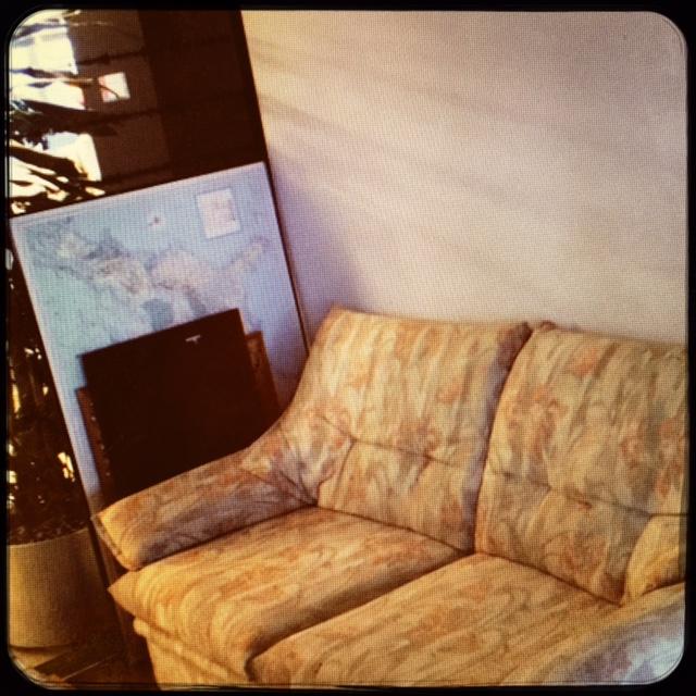 das schlimmste sofa der welt tingler. Black Bedroom Furniture Sets. Home Design Ideas