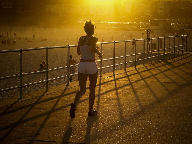 Auch dabei ist Masshalten das Ziel: Joggerin am Bondi Beach in Sydney. Foto:  Ernst Moeksis (Flickr)