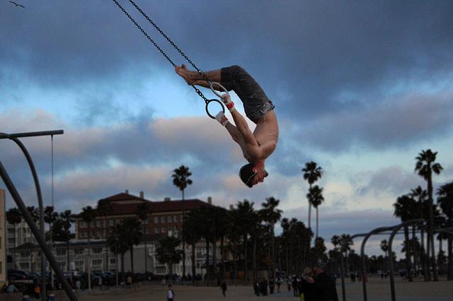 Der Trainingsexperte empfiehlt Kraft vor Ausdauer: Fitness an den Ringen in Santa Monica. Foto: Nora Feddal (Flickr)