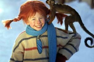"""Lächelnd trägt die Schauspielerin Inger Nilsson in einem Film von 1968 als """"Pippi Langstrumpf"""" an einem kalten Wintertag ihr Äffchen """"Herr Nilsson"""" auf der Schulter spazieren (Szenenfoto). Die schwedische Kinderbuchautorin und Pippi Langstrumpf-Erfinderin Astrid Lindgren ist in Stockholm im Alter von 94 Jahren gestorben. Ihre Tochter Karin Nyman teilte am 28.1.2002 mit, die Schriftstellerin sei seit einigen Monaten als Folge einer Virusinfektion «sehr geschwächt gewesen» und in ihrer Wohnung «still und sanft» eingeschlafen. Ihre Bücher wie «Wir Kinder aus Bullerbü», «Ronja Räubertochter» und «Kalle Blomquist» sind weltweit in über 120 Millionen Exemplaren verbreitet und in mehr als 80 Sprachen übersetzt worden. Nur für redaktionelle Verwendung."""