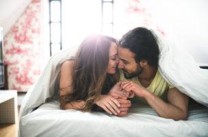 Hormoncocktail inklusive: Beim Küssen werden Serotonin, Dopain, Adrenalin und Endorphine ausgeschüttet. (iStock)