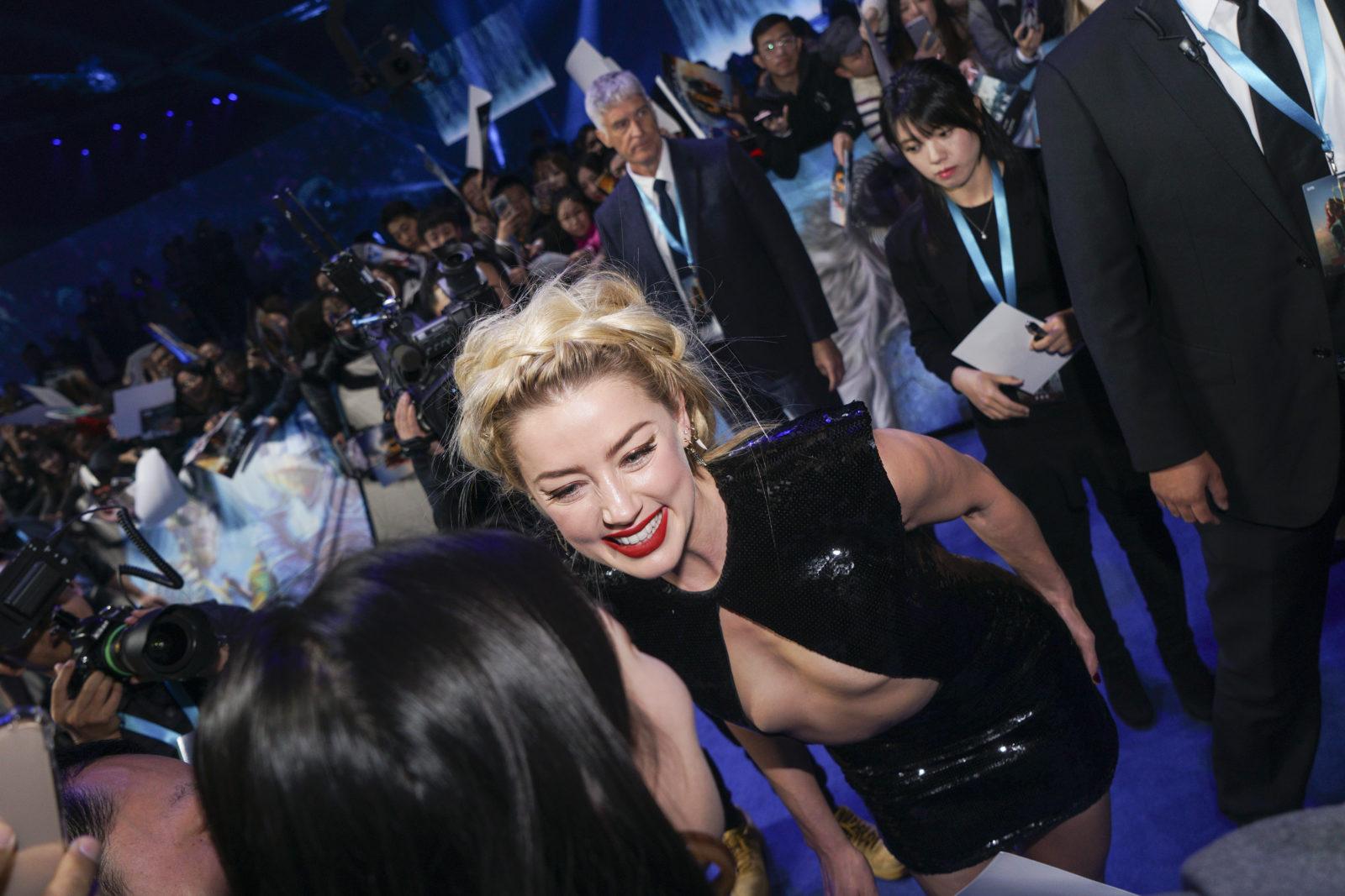Modischer Tiefflug: Schauspielerin Amber Heard bei der Première von «Aquaman» in Beijing. (Fotos: Getty Images)