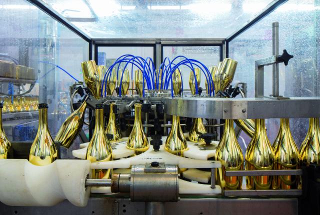 Die Flaschen werden zu Beginn des Abfüllungsprozesses unter hohem Druck mit Wasser gereinigt. (Bilder: Francesco Galifi)