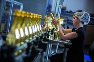 Die Mitarbeiter prüfen jede einzelne Kapsel auf ihre Qualität.