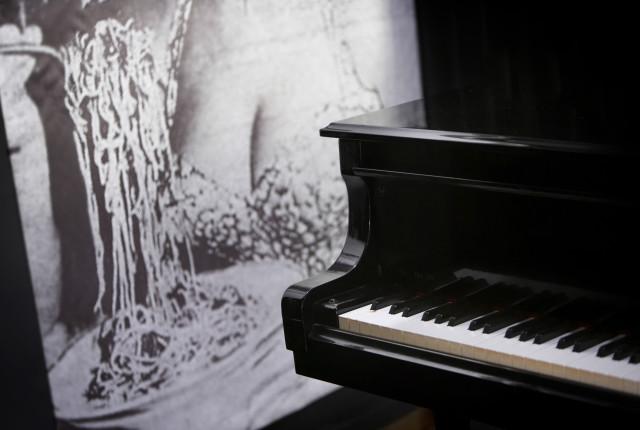 Eine Fotografie von Sofie Loren, die Verkörperung des Genuss, ziert die Bühne des Musikrestaurants.