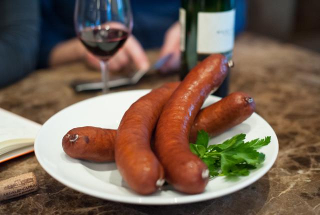 Berühmte Spezialität: Die Treberwurst. Auch Tresterwurst genannt. (Bilder: Flavia Vergani)