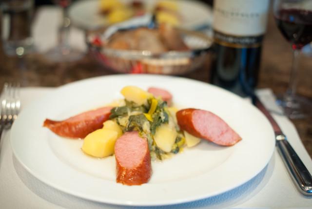 Währschaft stilecht begleitete Treberwurst mit Salzkartoffeln und  Lauchrahmgemüse.