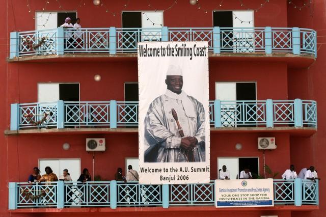 In Gambias Hauptstadt Banjul lächelt der Staatschef auch mal von einem grossen Plakat. Foto: George Osodi (AP)