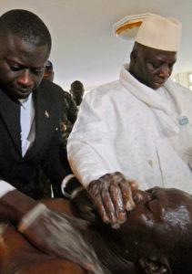 Gute Besserung: Jammeh behandelt einen HIV-Patienten. Foto: Candace Feit (AP)