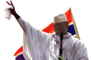 Yahya Jammeh, Staatschef von Gambia, winkt seinem Volk, 2001. Foto: Christine Nesbitt (Keystone)