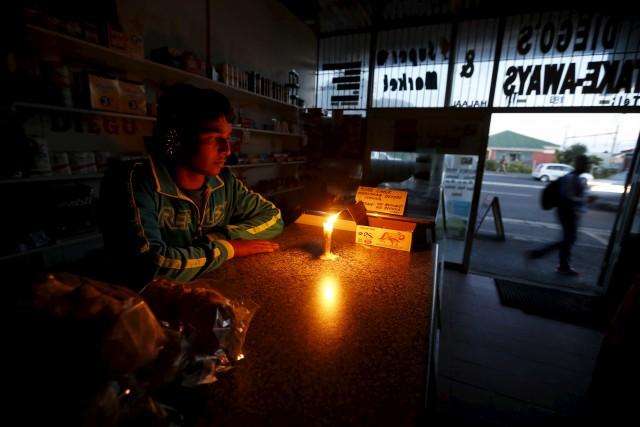 Kein Licht am Ende des Tunnels: Stromausfälle wie in diesem Laden in Kapstadt sind Alltag. Foto: Mike Hutchings (Reuters)