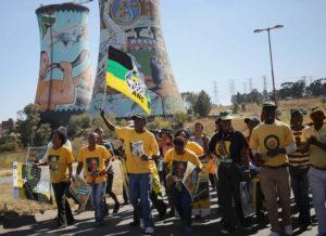 Der staatliche Stromriese Eskom provoziert mit seinen Fantasiepreisen Demonstrationen wie hier, Mitte Mai in Soweto. Foto: Siphiwe Sibeko (Reuters)
