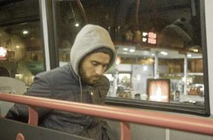 Der Weg ist das Ziel: Passagier in einem Nachbus im Londoner Stadtteil Shoreditch. Foto: R4vi (Flickr)